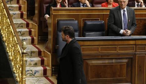 Gabriel Rufián, davant del ministre d'exteriors, Josep Borrell, després de ser expulsat del Congrés, ahir.