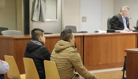 Els dos condemnats per la violació de Vielha durant el judici celebrat a l'Audiència.