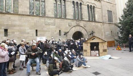 Una cinquantena de persones es van concentrar ahir a la plaça Paeria de Lleida per reivindicar el dret a un habitatge digne.