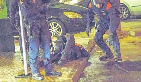 Dos companys atenen l'agent dels Mossos que va ser ferit per una pedrada després del partit.