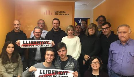 Amenós (darrere, 4t per l'esquerra) amb militants d'ERC.