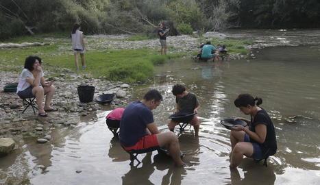 Taller de recerca d'or al Segre organitzat l'estiu passat pel Centre de l'Or de Balaguer.