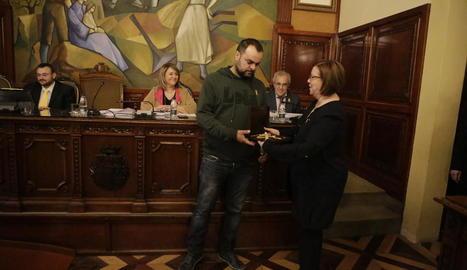 La presidenta de la Diputació, Rosa Maria Perelló, amb el nou portaveu de la CUP, Josep Cabré.