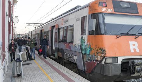 Viatgers al baixar del tren a Calaf dimecres per anar a l'autocar.