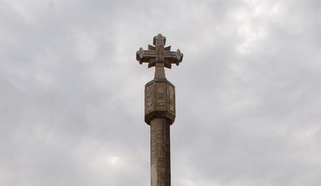 Imatge de la creu de terme de Benavent ja instal·lada.