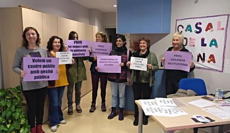 El col·lectiu Dones Lleida, ahir durant l'ocupació 'exprés' del Casal de la Dona de Lleida.