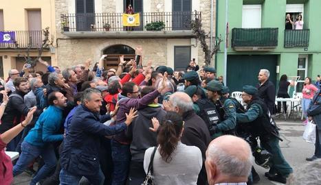 Imatge de l'actuació de la Guàrdia Civil l'1-O a Artesa de Lleida.