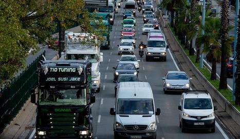 Camions circulant pel carril dret de la ronda Litoral, ahir, a Barcelona.
