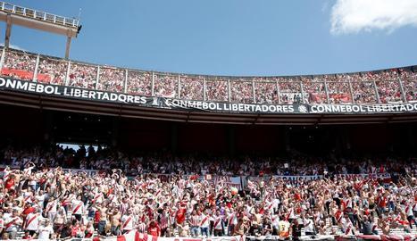 Els aficionats de River Plate, a les grades de l'estadi Monumental de Buenos Aires.