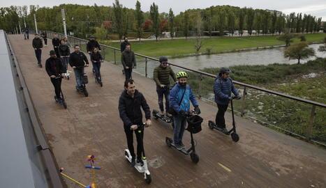 Membres de l'associació VMP circulant per la passarel·la dels Camps Elisis.