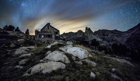 Imatge del cel nocturn del Parc Nacional d'Aigüestortes.