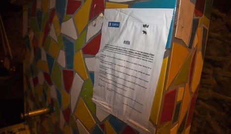Imatge del cartell que l'empresa Sorea ha penjat en una font d'Ossó de Sió.