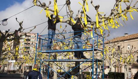 Pengen 2.400 llaços a la plaça del Carme de Tàrrega