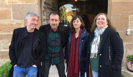 Els quatre escriptors, ahir just abans d'entrar al castell.