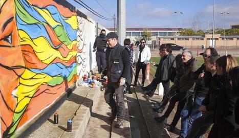 El mural reivindicatiu es va pintar ahir al matí al camp de futbol de la localitat.