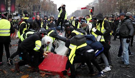 Els manifestants contra l'alça dels carburants van muntar barricades als carrers de París.