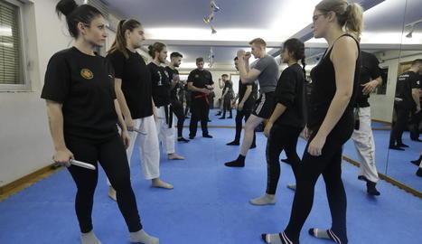 Alumnes durant una de les classes d'autodefensa de l'Associació de Seguretat Privada de Lleida al gimnàs Argos Gym.