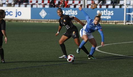 Una jugadora de l'AEM lluita pel control de la pilota en una acció del partit.