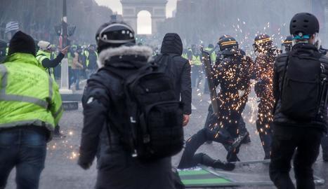 Disturbis a París durant la marxa dels Armilles Grogues, dissabte.