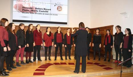 Un moment de l'actuació del Cor Euridice a l'Aula Magna de l'IEI dissabte passat.
