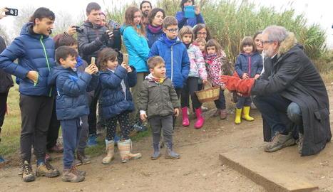 L'alcalde amb un grup de nens als aiguamolls de Rufea.