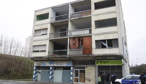 Crema la cuina d'un pis okupat a l'avinguda de les Garrigues