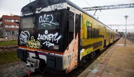 Imatge del comboi a l'estació de la capital de la Segarra ple de grafitis.