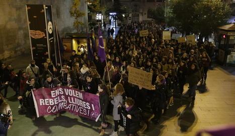 Lleida, amb les dones - Diversos centenars de persones van sortir ahir al carrer per reivindicar l'eliminació del masclisme i els assassinats a dones. Van exigir més recursos a Ensenyament sobre el feminisme i canviar les lleis, que consideren  ...