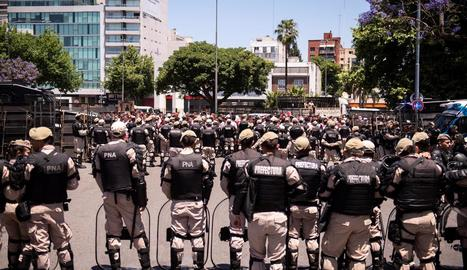 Agents custodien l'entorn de l'estadi Monumental.