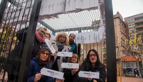 A Tàrrega van penjar amb cadenes el nom de dones assassinades dins d'una gàbia.