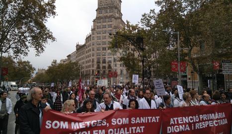 Centenars de metges protesten a Barcelona per la sobrecàrrega de feina