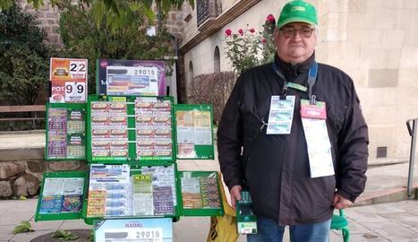 El venedor de l'ONCE Emilio Castillo Suárez, ahir al seu punt de venda del passatge Moreres de Solsona.
