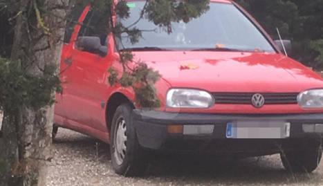 Escombraries i un cotxe abandonat a Gardeny