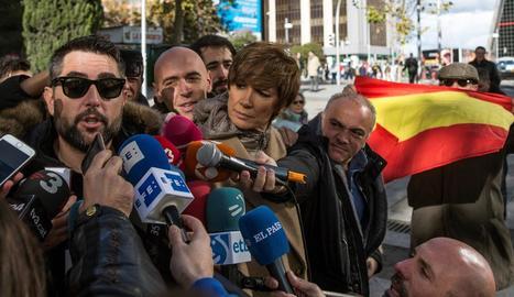L'humorista Dani Mateo, amb ulleres de sol a la sortida del jutjat, on va ser increpat per un grup.