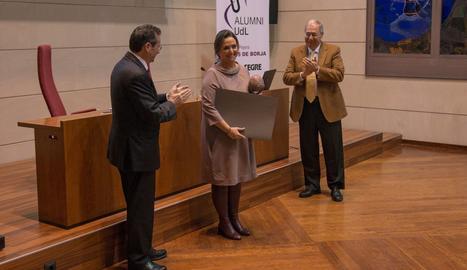 L'enginyera informàtica lleidatana Núria Carretero, ahir després de rebre de mans del rector el premi Alfons de Borja d'Alumni UdL.