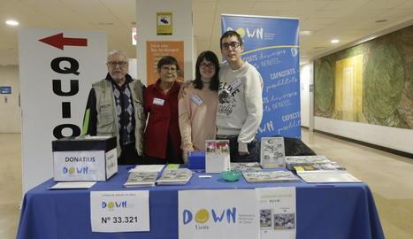 Down Lleida es va afegir ahir a la jornada solidària amb la venda de calendaris i loteria a l'Arnau.