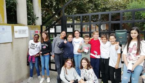 Els joves estudiants, davant de la residència.