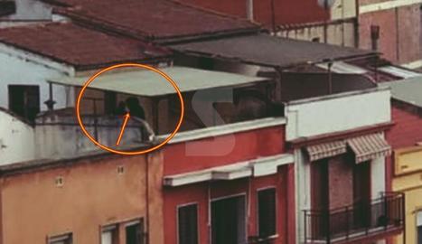 Imatge dels sospitosos a una terrassa.