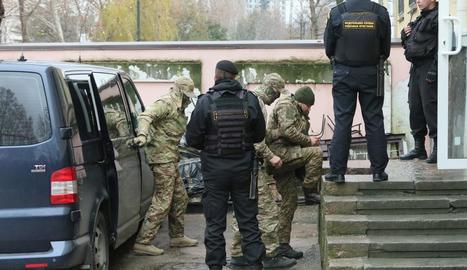 Oficials ucraïnesos arriben al tribunal a Simferopol, ahir.