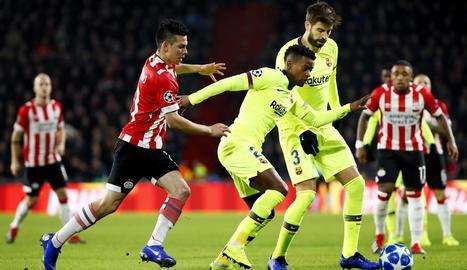 Messi, autor del primer gol, controla la pilota davant d'Angeliño.