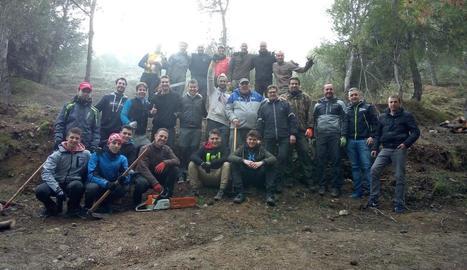 Els participants en la neteja de la serra de Rosselló.