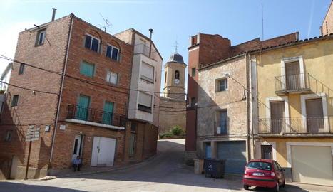 Vista de Bovera amb el campanar de la població al fons.