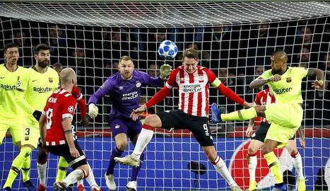 Luuk de Jong intenta refusar una rematada del blaugrana Arturo Vidal.