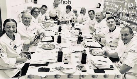 Foto de família dels onze jutges que van participar ahir en el concurs, amb Castanyé a la dreta.