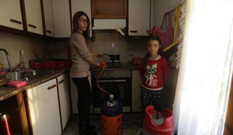 Sheila Rizquez, amb la seua filla a la casa de Torrefarrera, on estan sense llum des de fa dos mesos.