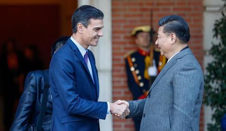 El president xinès, Xi Jinping, i la seua esposa, Peng Liyuan, al costat de Felip VI i Letícia, ahir a Madrid.