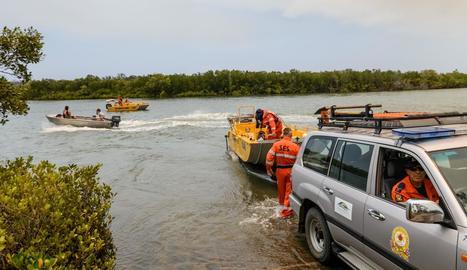 Els equips d'emergència rescaten afectats per les riuades.