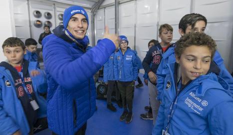 Marc Márquez, amb els joves pilots del campus Allianz al circuit lleidatà de Rufea.