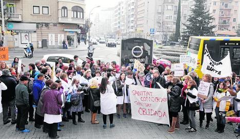 Un centenar de metges es van concentrar ahir davant la delegació de Salut de Lleida.