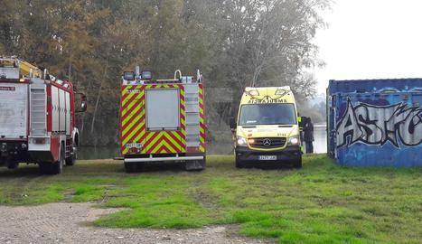 Els serveis d'emergència, al lloc on ha estat localitzat el cadàver.